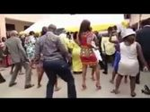 GHANIAN WEDDING GUESTS DANCE TO POPCAAN SONG!
