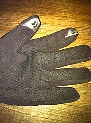 How do gloves with the smartphone sensitive fabric on fingertips work?