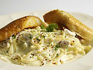 Alfredo pasta with garlic bread